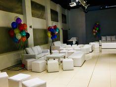 Racimos de globos de helio multicolores, para evento empresarial. Aportaron color y son ideales en lugares de techos muy altos.