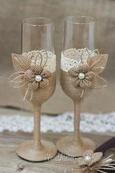 Rustique mais élégant ensemble de 2 flûtes avec fleur en jute petit et de la dentelle à la main. Un complément parfait à rustique, pays et mariages chic campagne, mariages en plein air et un détail impressionnant pour toast de mariage mariée et le marié. Chaque verre est enveloppé par