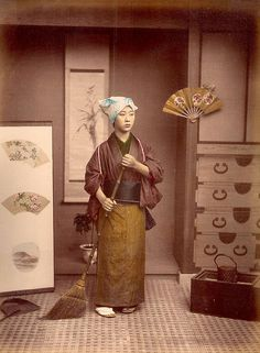 Hand Colored Photographic Images of Meiji Era Japan - Cleaning House. Vintage Pictures, Old Pictures, Old Photos, Vintage Japanese, Japanese Art, Japanese History, Geisha, Design Visual, Culture Art