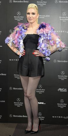 InStyle brings you the latest news on singer Gwen Stefani, including fashion updates, beauty looks, and hair transformations. Gwen Stefani No Doubt, Gwen Stefani Style, Gwen Stefani Legs, Cute Skirt Outfits, Cute Skirts, Gwen Stefani Bikini, Gwen Stefani Pictures, Singer Fashion, Bodysuit Costume