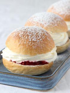 Boller til fastelavn - Krem.no Hamburger, Bread, Recipes, Food, Brot, Essen, Baking, Burgers, Eten