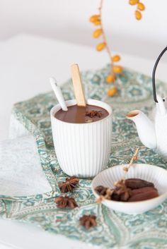 cremige, heiße Schokolade - Zutaten: 500 ml Haselnussmilch, 100 g Datteln (über Nacht im Wasser einweichen), 3 EL Kakao - Zubereitung: alle Zutaten kurz aufkochen, kurz köcheln lassen, mit einem Mixer cremig rühren, ggf. mit Zimt, Lebkuchengewürz verfeinern - schmeckt am Besten heiß