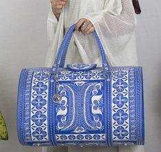 Shop new our Aman Weekender Bag #weekenderbag #handmadebag #veganbag #womenbag #handbags Fashion Bags, Fashion Accessories, Vegan Handbags, Vegan Fashion, Printed Tote Bags, All About Fashion, Online Bags, Handmade Bags, Sewing Tutorials