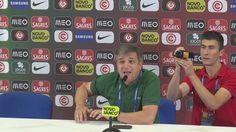 """""""Oh Champs-Élysées - wir spielen, wir gewinnen, wir treffen. Es ist Portugal, das auf den C.-Élysées spaziert"""", Joao Ricardo Pateiro von Radio TSF singt Portugal auf der Pressekonferenz zur Europameisterschaft.  UEFA EURO 2016   Seleções de Portugal   Équipe de France de Football"""