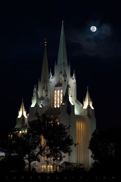 The full moon and San Diego Mormon Temple, which is build in the  shape of the Star of David,