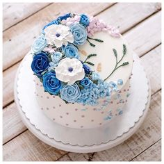 Pretty Cakes, Beautiful Cakes, Amazing Cakes, Icing Flowers, Buttercream Flowers, Oven Inspiration, Butterfly Birthday Cakes, 25th Birthday Parties, Blue Icing