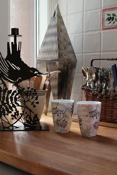 For coffee or tea? Lovely thermo mugs for every home. Check out our website for more information. Nordic Kitchen, Scandinavian Kitchen, Kitchen Dining, Oven Glove, Tea Towels, Biodegradable Products, Planter Pots, Candle Holders, Plates