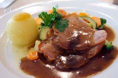 Der Krustenbraten mit getrockneten Pflaumen stammt noch aus Omas Kochbuch.