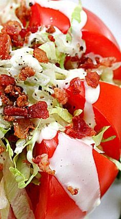 Tomato Wedge BLT Salad + Guide to Tomato Picking - this salad takes a slight twist on a traditional classic recipe; perfect for lunch or a light dinner! Blt Salad, Salad Bar, Soup And Salad, Salad Dressing Recipes, Salad Recipes, Summer Recipes, Great Recipes, Salada Caprese, Cooking Recipes