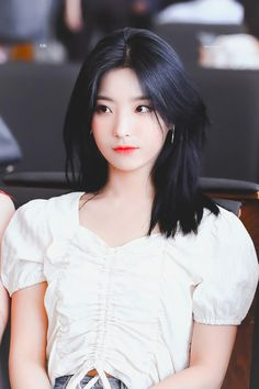 "love in love on Twitter: ""190706 널 바라보는 게 난 언제나 새로워 #프로미스나인 #이새롬 #fromis_9 #leesaerom #FUN_FACTORY @realfromis_9… "" Kpop Girl Groups, Korean Girl Groups, Kpop Girls, Korean Women, South Korean Girls, Hair Color Balayage, Airport Style, Ulzzang Girl, Nice Tops"