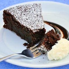 Caprese - Flourless Chocolate Cake from Capri Torta Caprese - Decadent flourless chocolate cake from Capri and so easy to make!Torta Caprese - Decadent flourless chocolate cake from Capri and so easy to make! Köstliche Desserts, Gluten Free Desserts, Delicious Desserts, Delicious Chocolate, Sweet Recipes, Cake Recipes, Dessert Recipes, Night Dinner Recipes, Walnut Cake
