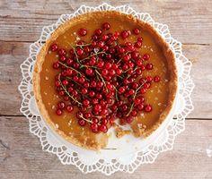 Kolapaj med röda vinbär (eller lingon) och flingsalt