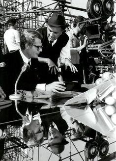 Federico Fellini and Marcello Mastroianni discussing the scene on the set of 8 Marcello Mastroianni, Joan Crawford, Movie Stars, Movie Tv, Photo Star, Fritz Lang, Great Films, Film Serie, Film Director