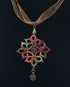 Frywolitka - medalion z charms / Tatting - pendant with charms
