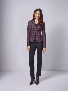 Alles andere als kleinkariert und ein echter Modeklassiker sind Schottenkaros. Kombinieren Sie den fröhlichen DOLZER Blazer im Highland-Stil mit schlichter schwarzer Hose oder lässig mit Jeans und Boots.