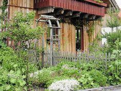 Tolle Idee zur Gartengestaltung. Klasse Holzfassade und ein wunderschöner Vorgarten.