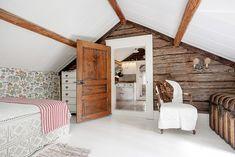 Never ending story: Jak kupić stary dom? Layouts Casa, House Layouts, Loft Interior Design, Attic Design, Prefab Homes, Log Homes, Log Home Bedroom, Sweden House, Small Cottage Homes