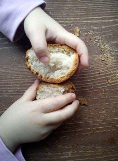Hemos estado haciendo pruebas para organizar los tres días de pan en la escuela... Y, por supuesto, había que probar alguna de las 20 bolitas de pan que salieron de la masa... !!Vas a jugar con ventaja pequeña!!