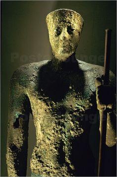 ESCULTURA (Técnica) Retrato de Pepi I - Se realizó sobre un alma de madera recubierta con láminas de cobre, dando forma al cuerpo. La cabeza se hizo en fundición y después se unieron todas las piezas - TÉCNICA DEL MARTILLEO