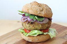 Na maso vás neužije? Hoďte si na gril lehký ovesno-luštěninový burger s minimem kalorií, zato vyváženou porcí sacharidů, bílkovin a vlákniny. Dobrou chuť!