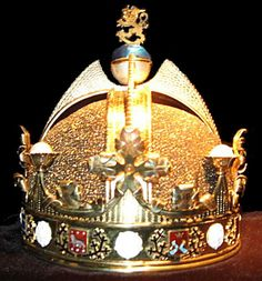 """1918 a unique crown was designed in Finland for the proposed""""King of Finland and Karelia, Duke of Åland, Grand Prince of Lapland, Lord of Kaleva and the North"""" Royal Crown Jewels, Royal Crowns, Royal Tiaras, Royal Jewelry, Tiaras And Crowns, Crown Show, The Crown, Queen Crown, Circlet"""