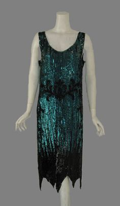Electric blue & black bead/sequin dress worn by jordan to gatsbys party 1920 Style, Flapper Style, 1920s Flapper, Vintage Style, Vintage Outfits, 1920s Outfits, Vintage Gowns, Vintage Clothing, 1920s Inspired Fashion