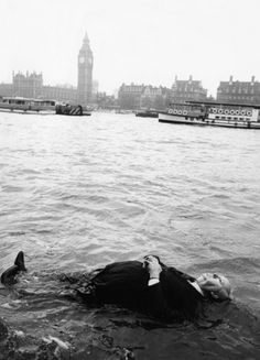 Photo d'Alfred Hitchcock sur les bords de la Tamise à Londres pour Frenzy.