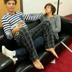 Harry Styles et Louis Tomlinson ~ Larry Stylinson Louis Et Harry, Niall And Harry, Fanfic Larry Stylinson, Larry Shippers, One Direction Louis, One Direction Pictures, Direction Quotes, Zayn Malik, Niall Horan
