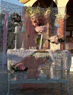 Στολισμός εκκλησίας με vintage στοιχεία για ένα vintage αποτέλεσμα που θα σας εντυπωσιάσει. Δαντελένια σεμέν, κηροπήγια, βάζο με ροζ ορτανσία , κλουβιά και άλλα στοιχεία συνθέτουν μια ρομαντική εικόνα στην εκκλησία.