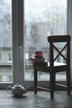 Rain on the window with cozy tea and books Cozy Rainy Day, Rainy Mood, Rainy Night, Rainy Saturday, Cold Day, Sound Of Rain, Singing In The Rain, I Love Rain, Rain Days