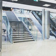 Szklana balustrada łącząca parter z pierwszym piętrem w hali odlotów Terminalu A. Stairs, Home Decor, Stairway, Decoration Home, Room Decor, Staircases, Home Interior Design, Ladders, Home Decoration