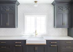 Gorgeous 85 Gorgeous Kitchen Backsplash Decor with Dark Cabinets https://decorapartment.com/85-gorgeous-kitchen-backsplash-decor-dark-cabinets/
