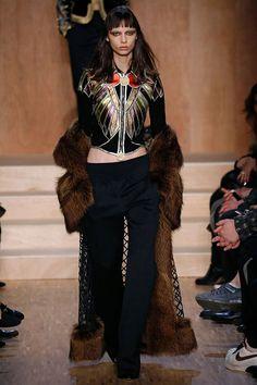 Apresentada após o supershow em NY da temporada passada, ela também tenta mudar alguns paradigmas da grife que hoje tem seu nome tão atrelado ao estilista Riccardo Tisci