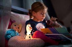 Olaf is het speelse lichtvriendje van uw kind dat de slaapkamer zacht verlicht. Dit zachte, knuffelbare maatje kan worden gebruikt als draagbaar lampje tijdens speel- en bedtijd. Als u de lamp kantelt, gaat hij 5 minuten aan.