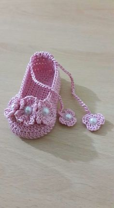 Scarpine bambola Crochet Baby Sandals, Booties Crochet, Baby Girl Crochet, Crochet Baby Clothes, Crochet Shoes Pattern, Baby Shoes Pattern, Crochet Patterns, Crochet Crafts, Crochet Yarn