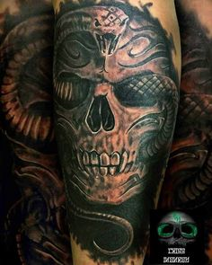 Tattoo skull serpiente black and grey