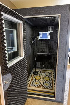 Portable home studio design. Music Studio Decor, Home Recording Studio Setup, Recording Booth, Home Studio Setup, Home Studio Music, Garage Studio, Studio Desk, House Music, Audio Studio
