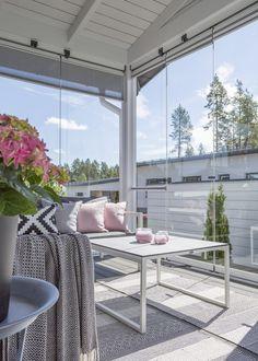 Kauniisti sisustettu terassi Terrace Garden, Terrace Ideas, Balcony Ideas, Porch Ideas, Luz Natural, Outdoor Furniture Sets, Outdoor Decor, Cottage Style, Living Room Designs