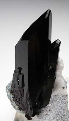 Neptunite Gem Mine, San Benito Co., California miniature - 3.7 x 2 x 1.5 cm / Mineral Friends <3