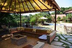 sofa concreto com almofadas igual de restaurante com mesa madeira - Pesquisa Google