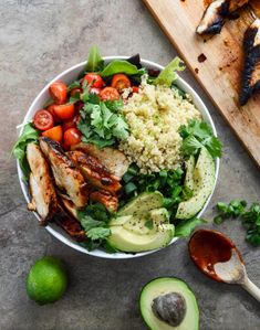 Honey Chipotle Chicken Bowl with Lime Quinoa. Avocados add extra vitamins and healthy Monounsaturated fats. Honey Chipotle Chicken Bowl with Lime Quinoa. Avocados add extra vitamins and healthy Monounsaturated fats. Salade Healthy, Plats Healthy, Healthy Snacks, Healthy Eating, Healthy Recipes, Simple Recipes, Easy Healthy Lunch Ideas, Healthy Detox, Food Porn