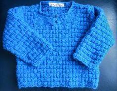 """Un petit pull tout simple pour Chloé, mais qui fait de l'effet... Problème, il est quasiment impossible de rendre le bleu par la photo... ...en intérieur, comme en extérieur.... Tricoté en laine Colora (équivalent Phildar : partner 3,5), son point """"tressé""""..."""