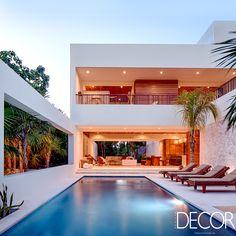 A Casa Xixim, localizada na Baía de Soliman, no México, alia conforto, luxo e sustentabilidade. Em 445 m², que acomodam até 12 pessoas, é possível curtir a bela vista para a Ilha de Cozumel.