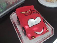 Première voiture Cars en pâte à sucre. Pas top mais.... j'y arriverai ! la prochaine sera encore mieux ;)