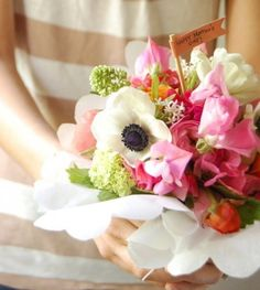Everything Fabulous: {DIY} How to make a french hand-tied bouquet for Mother's day Mother's Day Bouquet, Hand Tied Bouquet, Diy Bouquet, Boquet, Bouquet Flowers, Spring Bouquet, Wedding Bouquets, Wedding Flowers, Wedding Bells