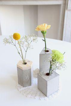 Auguste et Claire - Vases graphiques en beton #viendoarquitecturas #designbrut Cement Art, Concrete Crafts, Concrete Projects, Concrete Cement, Concrete Design, Concrete Planters, Vase Centerpieces, Vases Decor, Beton Diy