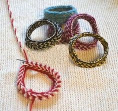 Ullcentrum - Karins armband med lettiska flätor Karin has knitted fine knit bracelets. If you have leftover yarns then this is a perfect little project. The braid looks more complicated than it is onc Yarn Crafts, Diy And Crafts, Knit Bracelet, Textiles, Chunky Beads, Bracelet Tutorial, Ankle Bracelets, Bracelet Designs, Creative Crafts