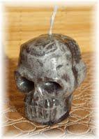 Tête de mort Halloween  Différents coloris disponibles  Dimensions: 4 cm de large, 5 cm de long et 5,5 cm de haut.  Disponible sur  www.bougies-lumieres-d-antan.fr