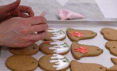 Μάθαμε τη συνταγή για τα αγαπημένα χριστουγεννιάτικα μπισκότα της βασιλικής οικογένειας - www.olivemagazine.gr Ginger Bread Biscuits, Ginger Bread Cookies Recipe, Cookie Recipes, Ginger Bread House, How To Make Gingerbread, Gingerbread Cookies, Buckingham Palace, Chefs, Christmas Candle Decorations