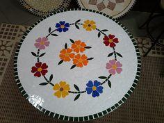 Tampo de mesa, confeccionado com azulejos, com base em concreto. Próprio para áreas externas.